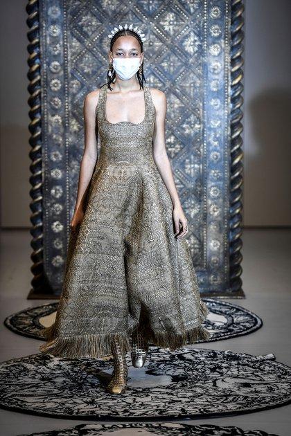 Todas las modelos lucieron en la pasarela con una mascarilla de lujo también diseñada por  Maria Grazia Chiuri  (Photo by STEPHANE DE SAKUTIN / AFP)