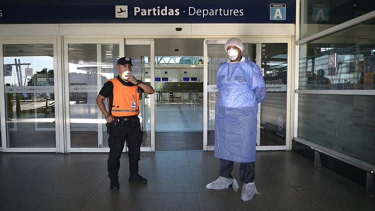 El aeropuerto de Ezeiza, prácticamente vacío. Por allí pasarán los médicos cubanos que volarán a la Argentina en las próximas semanas