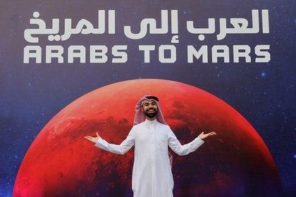 Árabes a Marte reza el cartel luego de la exitosa puesta en órbita de la sonda Hope. REUTERS/Christopher Pike