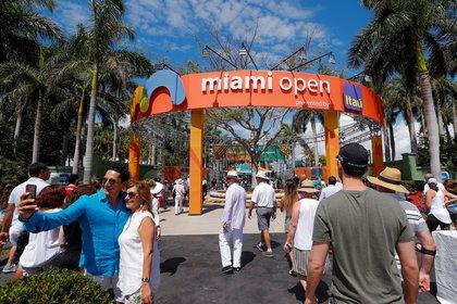 Fans enter for the final tennis matches of the Miami Open tennis tournament on at the Crandon Park Tennis Center on Key Biscayne, Miami, Florida, USA, 01 April 2018. EFE/EPA/ERIK S. LESSER/Archivo