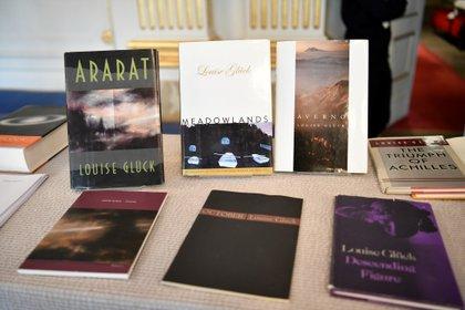Libros de la poeta estadounidense exhibidos durante el anuncio (Reuters)