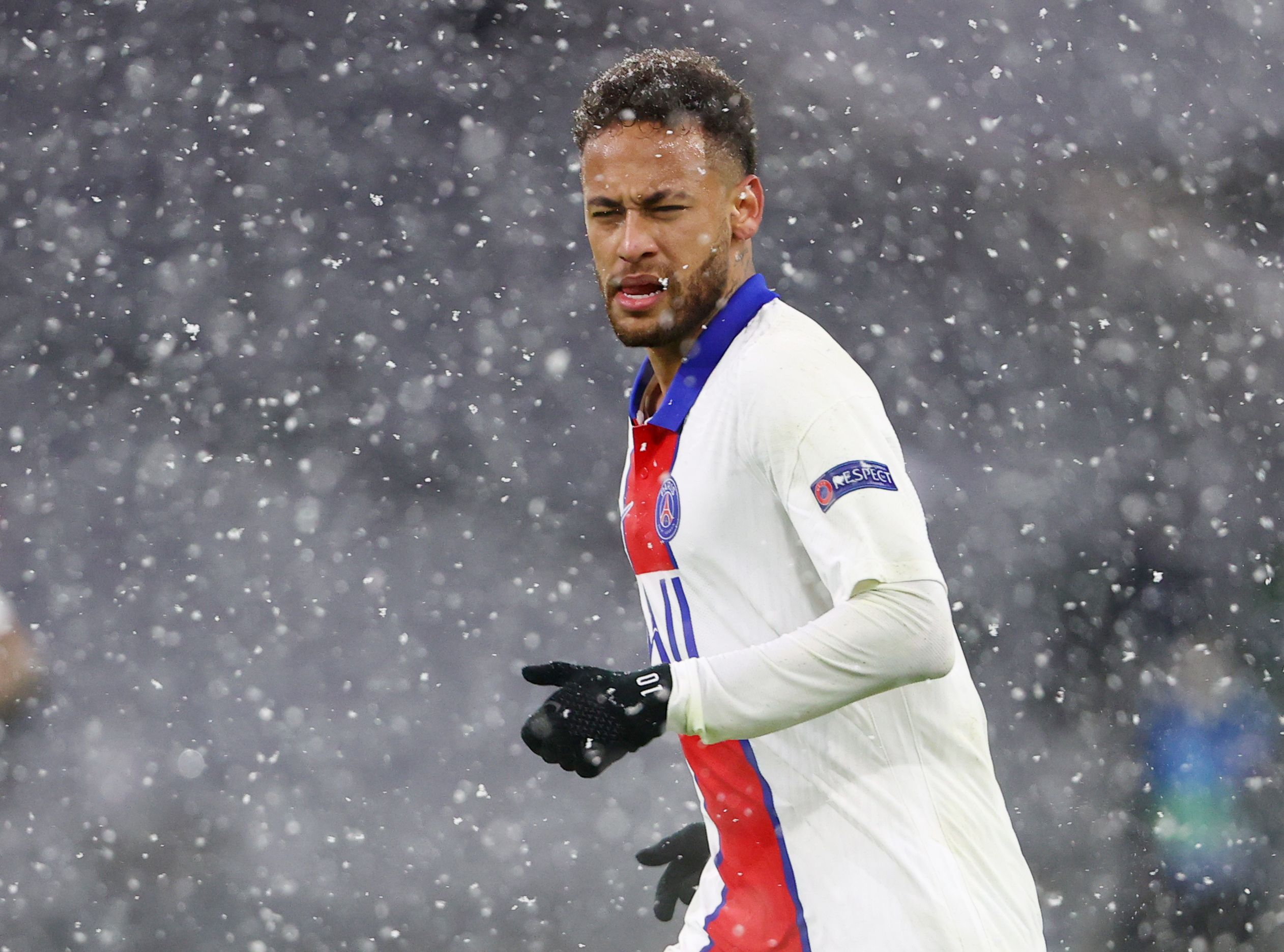 Antes de llegar a la media hora Neymar volvió a vestirse de héroe con una perfecta asistencia hacia Marquinhos