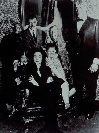 """""""Los Locos Addams"""" con Jackie Coogan, John Astin, Marie Blake,  Ted Cassidy, Lisa Loring, Carolyn Jones y Ken Weatherwax (Moviestore/Shutterstock)"""