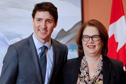 El primer ministro canadiense Justin Trudeau y la ministra de presupuesto Jane Philpott en una foto de enero de 2019 (REUTERS/Patrick Doyle/archivo)