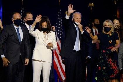 Joe Biden y su esposa Jill, y  Kamala Harris y su esposo Doug, en una celebración tras conocerse los resultados de las elecciones a la presidencia en Wilmington, Delawa (REUTERS)
