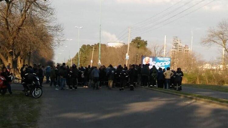 Los manifestantes se agruparon en una de las puertas de entrada a la desilería de YPF