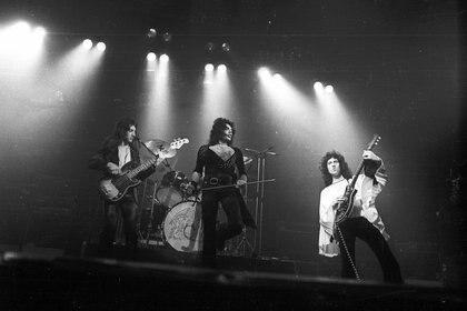 Queen en vivo en el Oxford New Theatre en 1975. Shutterstock