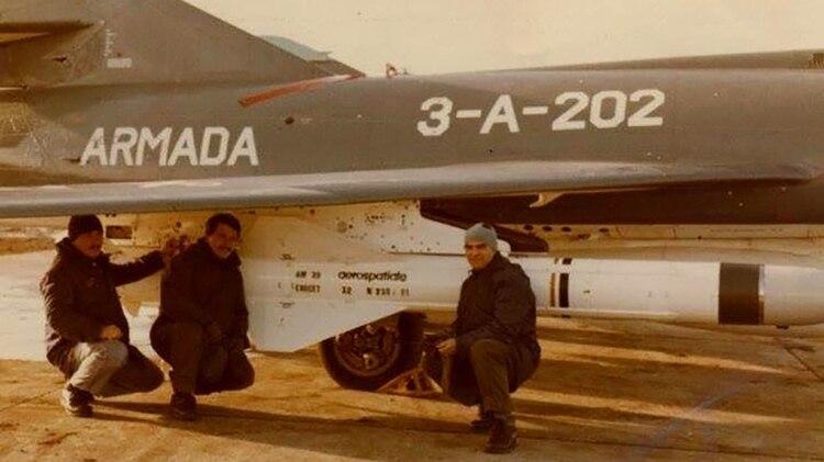 Mecánicos de la Segunda Escuadrilla Aeronaval de Caza y Ataque, preparando los aviones para la misión del 4 de Mayo