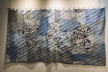 """""""Mapamundi"""" fue confexionado a partir de materiales textiles de los mercados de ropa usada"""
