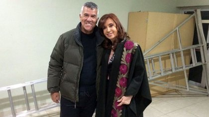 Dady Brieva sonríe y posa para la foto junto a Cristina Kirchner