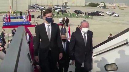 El asesor de seguridad israelí Meir Ben Shabbat subiendo el avión junto al yerno y consejero de Donald Trump Jared Kushner