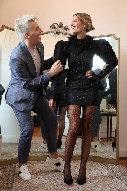 Fitting antes del desfile con la modelo Eva Bargiela