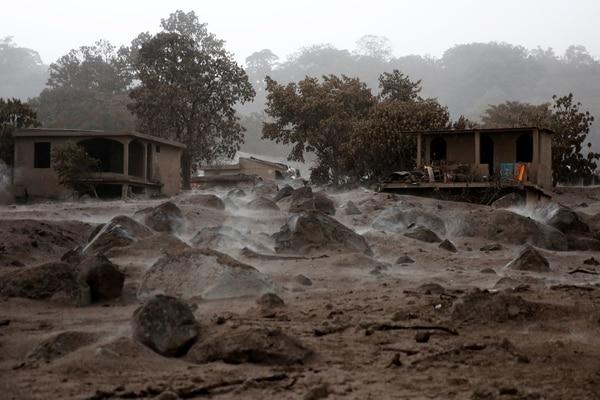 Abundantes rocas volcánicas quedaron en las aldeas afectadas (Reuters)