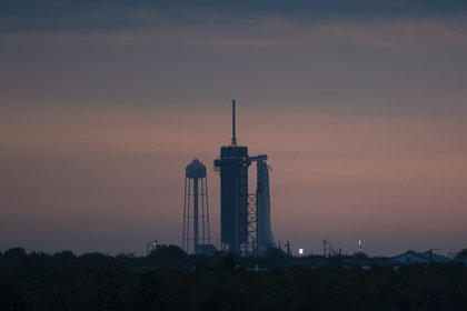 Un cohete SpaceX Falcon 9 se ve en la plataforma de lanzamiento, el miércoles 27 de mayo de 2020, en el Centro Espacial Kennedy en Florida