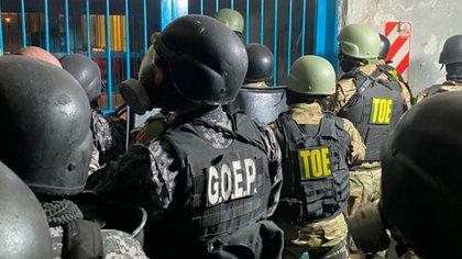 Las fuerzas especiales de la policía santafesina entran al pabellón 4 en Las Flores.