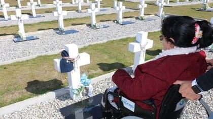"""Elma Pelozo frente a la tumba de su hijo. """"Esto podría llevarme la vida entera pero lo volvería a hacer un millón de veces más. Mis horas están dedicadas a los familiares"""", dice Julio. Foto: Gentileza Julio Aro."""