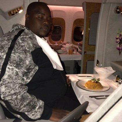 "Wicknell Chivayo, o ""Sir Wicknell"", en su avión privado"