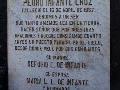 La tumba de Pedro Infante luce de color negro con recuadros de mármol, los cuales, les fueron escritas las dedicatorias de amigos, familiares y seguidores.   Foto: Mau HL / Infobae