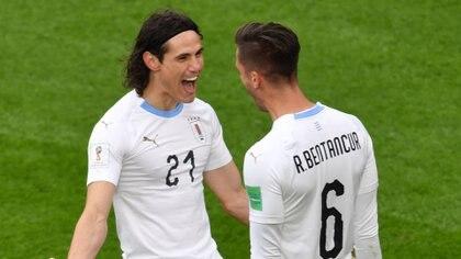 Edison Cavani festeja con Rodrigo Bentancur en el triunfo de Uruguay ante Egipto en su debut en el Mundial de Rusia 2018 (AFP)