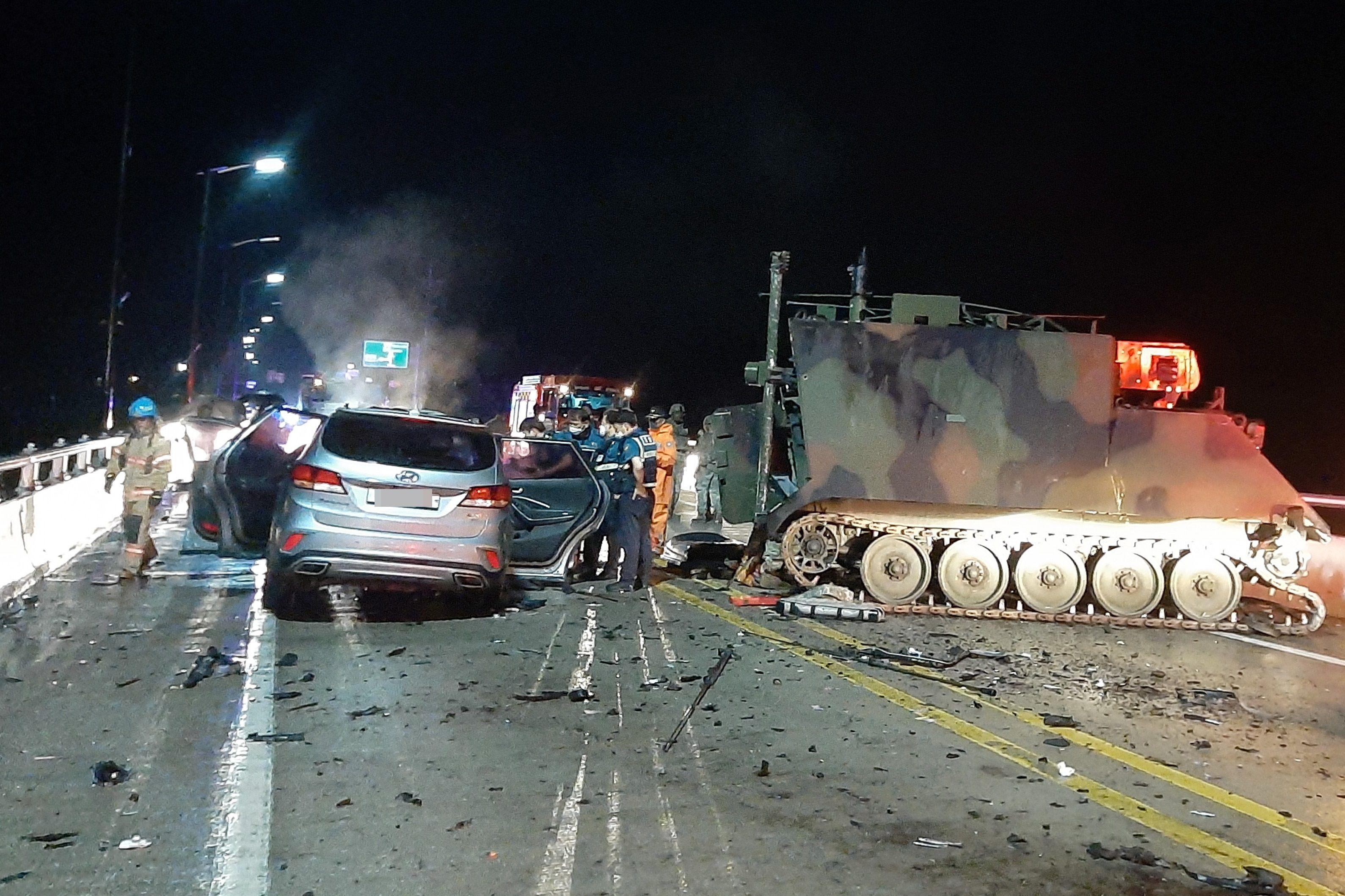 Cuatro surcoreanos murieron el domingo por la noche en el norte del país al estrellarse el todoterreno en el que se desplazaban contra un vehículo blindado del Ejército estadounidense, informaron hoy fuentes policiales.  EFE/EPA/Northern Gyeonggi provincial fire service