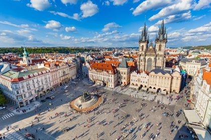 Praga es el lugar más barato para cenar, con una comida de tres platos para dos con una botella de vino de la casa que cuesta alrededor de USD 54,70 (£ 41,45). Los precios en la capital checa cayeron un 16,7% entre marzo y agosto de 2020