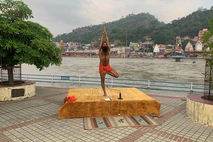 El gurú indio Baba Ramdev, frente al río Ganges, en Haridwar
