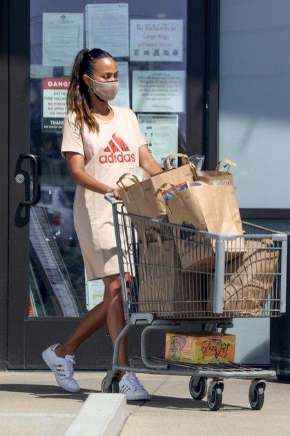 Zoe Saldana hizo compras en Malibú y adquirió alimentos y productos para su gran familia. Acompañada por su esposo, Marco Perego, la actriz tuvo mucho cuidado al usar tapabocas y desinfectar el carrito de la compra antes y después de salir del shopping (Foto: Backgrid / The Grosby Group)