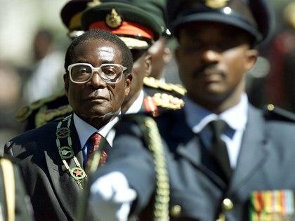 Mugabe inspecciona las tropas durante la apertura de las sesiones del Parlamento en el año 2000 (REUTERS/Howard Burditt/archivo)