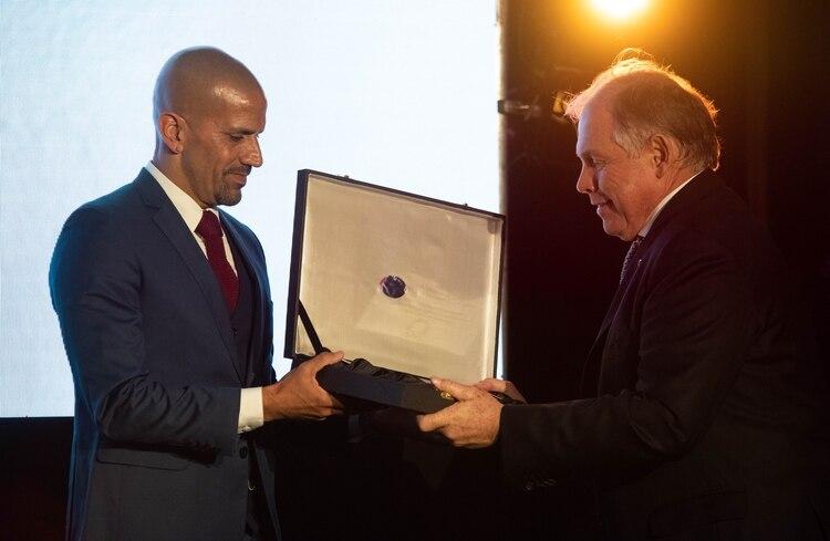 Juan Sebastián Verón recibe su distinción en manos de Gerardo Werthein