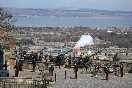 Miembros del 105. ° Regimiento de Artillería Real disparan un cañonazo para conmemorar la muerte del príncipe Felipe de Gran Bretaña, esposo de la reina Isabel, en el Castillo de Edimburgo, Gran Bretaña, el 10 de abril de 2021. Andrew Milligan / Pool vía REUTERS
