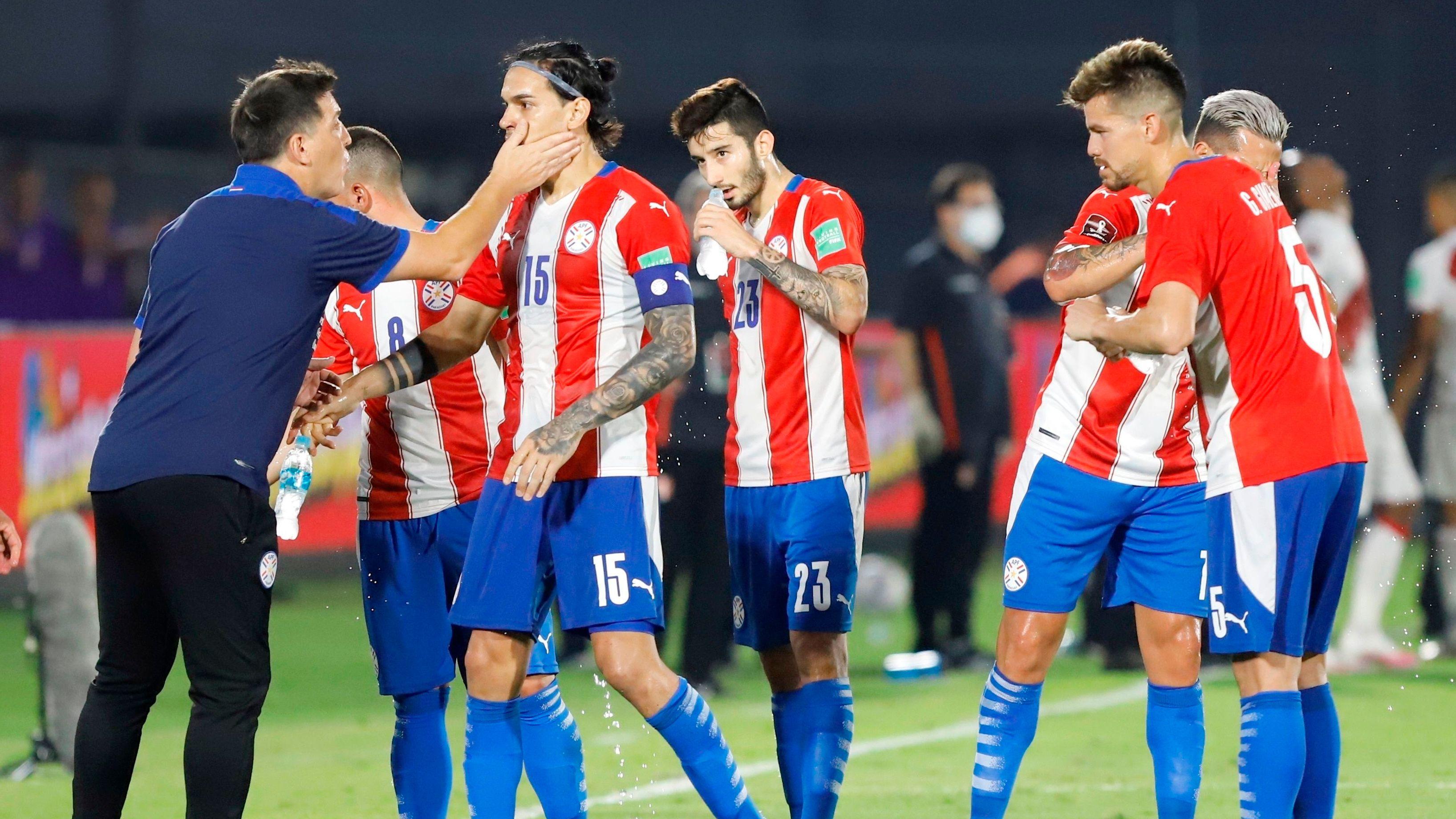 El entrenador de Paraguay, Eduardo Berizzo), celebra un gol de su equipo ante Perú, durante un partido de Eliminatorias Sudamericanas del Mundial de Qatar 2022, en el estadio Defensores del Chaco de Asunción (Paraguay). EFE/Nathalia Aguilar
