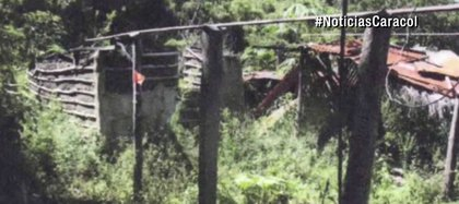 En el palo señalado con la cinta roja fue donde amarraron y torturaron al hombre (Foto captura de Caracol Noticias)