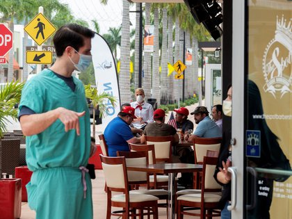 People order their lunch outside the re-opened Las Vegas restaurant in Downtown Doral, Florida, USA, 18 May 2020. EFE/EPA/CRISTOBAL HERRERA/Archivo