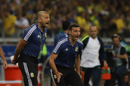Samuel y Scaloni gritan en un partido con la Selección en la última Copa América disputada en Brasil el año pasado (Foto Baires)