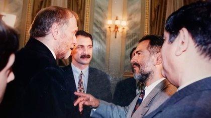 Fischer con Quinteros en La Plata, en 1996. Había venido a presentar el Fischeramdon, una variante de ajedrez donde las piezas (salvo los peones) podían ser colocadas en la apertura en forma aleatoria para exigir la creatividad de los jugadores