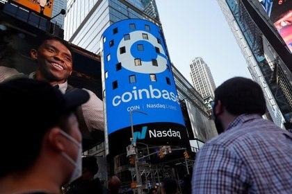 El mes pasado, Coinbase comenzó a cotizar en Wall Street (REUTERS/Shannon Stapleton/File Photo)