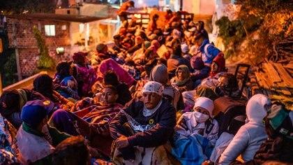 Un grupo de migrantes venezolanos a bordo de un camión en el cruce por las montañas en Colombia. (Federico Rios Escobar para The New York Times)