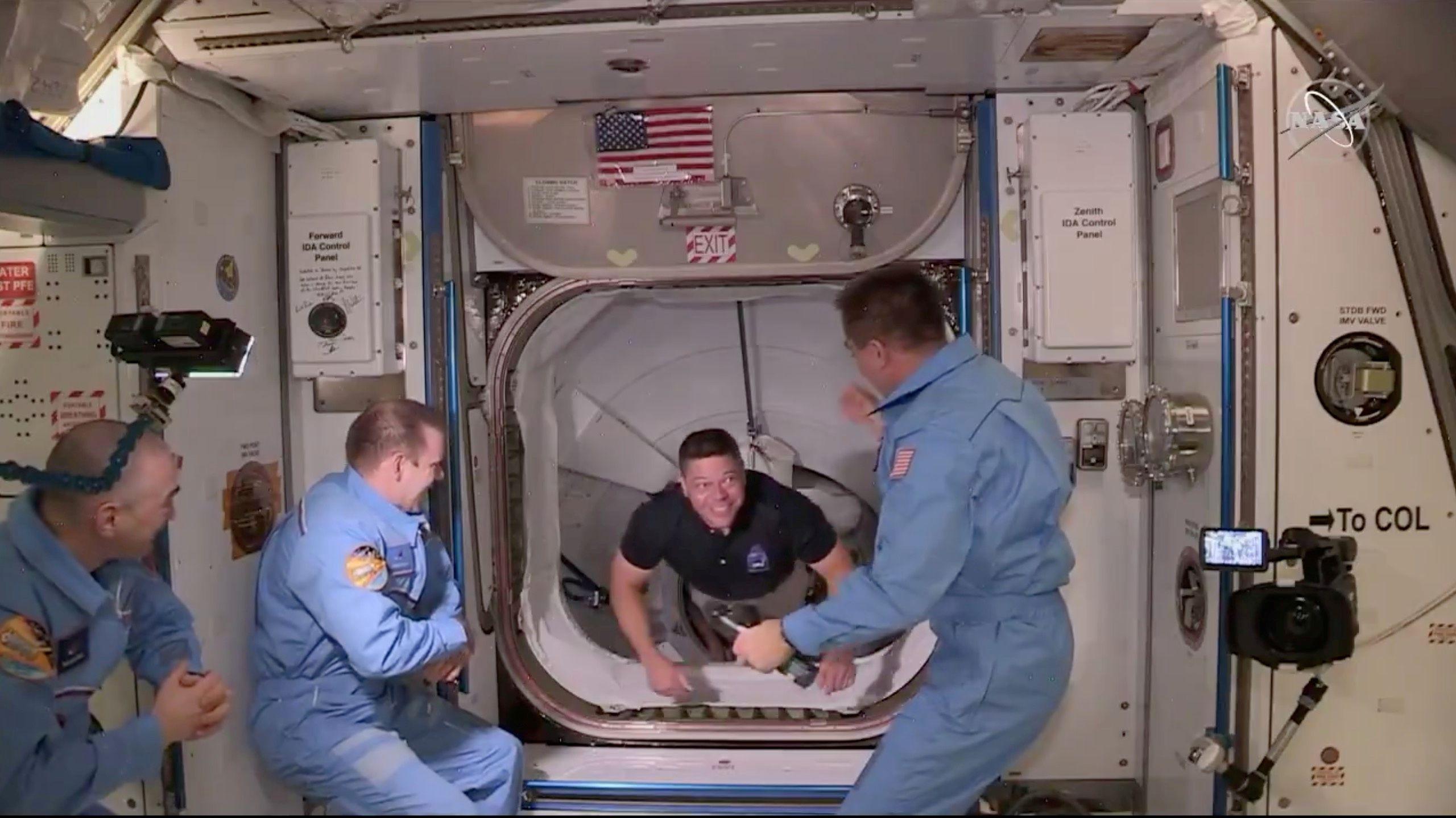 El astronauta Bob Behnken, cuando fue recibido por sus colegas en la Estación Espacial Internacional el 31 de mayo último - NASA/Handout via REUTERS