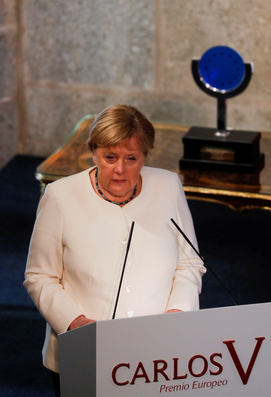 """La canciller alemana Angela Merkel pronuncia un discurso, a su llegada para recibir el """"Premio Europeo Carlos V"""" en el Monasterio de Yuste, en la región occidental española de Cáceres, el 14 de octubre de 2021. REUTERS / Susana Vera"""