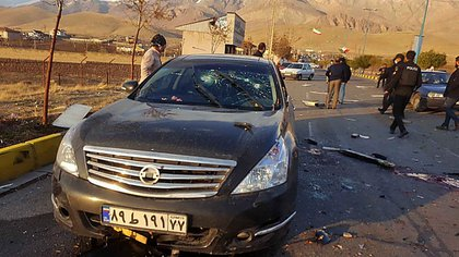 La escena del ataque contra el científico Mohsen Fakhrizadeh en la localidad de Admadav, en las afueras de Teherán. (IRIB NEWS AGENCY/AFP)