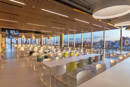 El moderno comedor brinda servicio a los 2.500 empleados que trabajan en el edificio