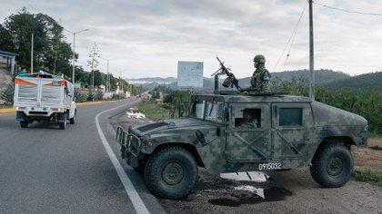 Soldados de la Guardia Nacional en un retén en el sur de México (Luis Antonio Rojas/The New York Times)