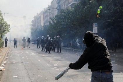 Un manifestante lanza una bomba molotov contra la policía (REUTERS/Costas Baltas)