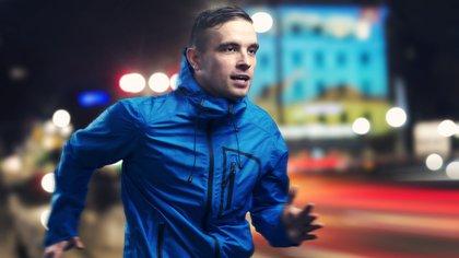 Correr, una buena forma de despejarse, oxigenar el cerebro y adelgazar progresivamente (Shutterstock)
