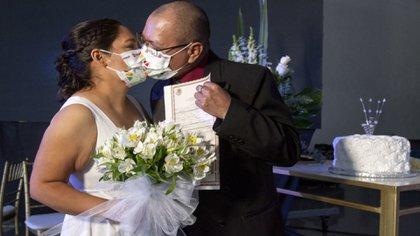 """Varias parejas tuvieron que esperar a que el semáforo epidemiológico pasara a """"amarillo"""" para poder casarse (Foto: Cuartoscuro)"""