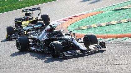 El piloto británico de Fórmula 1 Lewis Hamilton de Mercedes-AMG Petronas (d) y el francés de Fórmula 1 Esteban Ocon de Renault (i) en el Gran Premio de Fórmula 1 de Italia 2020 en Monza, Italia, el 6 de septiembre de 2020. EFE/EPA/Matteo Bazzi
