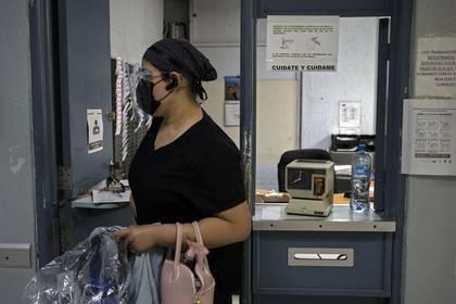 Estrella González camina después de registrarse para comenzar su turno en el Hospital General Fray Junipero Serra en Tijuana, estado de Baja California, México, el 29 de abril de 2020.