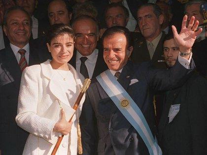 Fotografia de archivo del ex presidente Carlos Menem junto a su hija Zulema luego de asumirsu segundo mandato