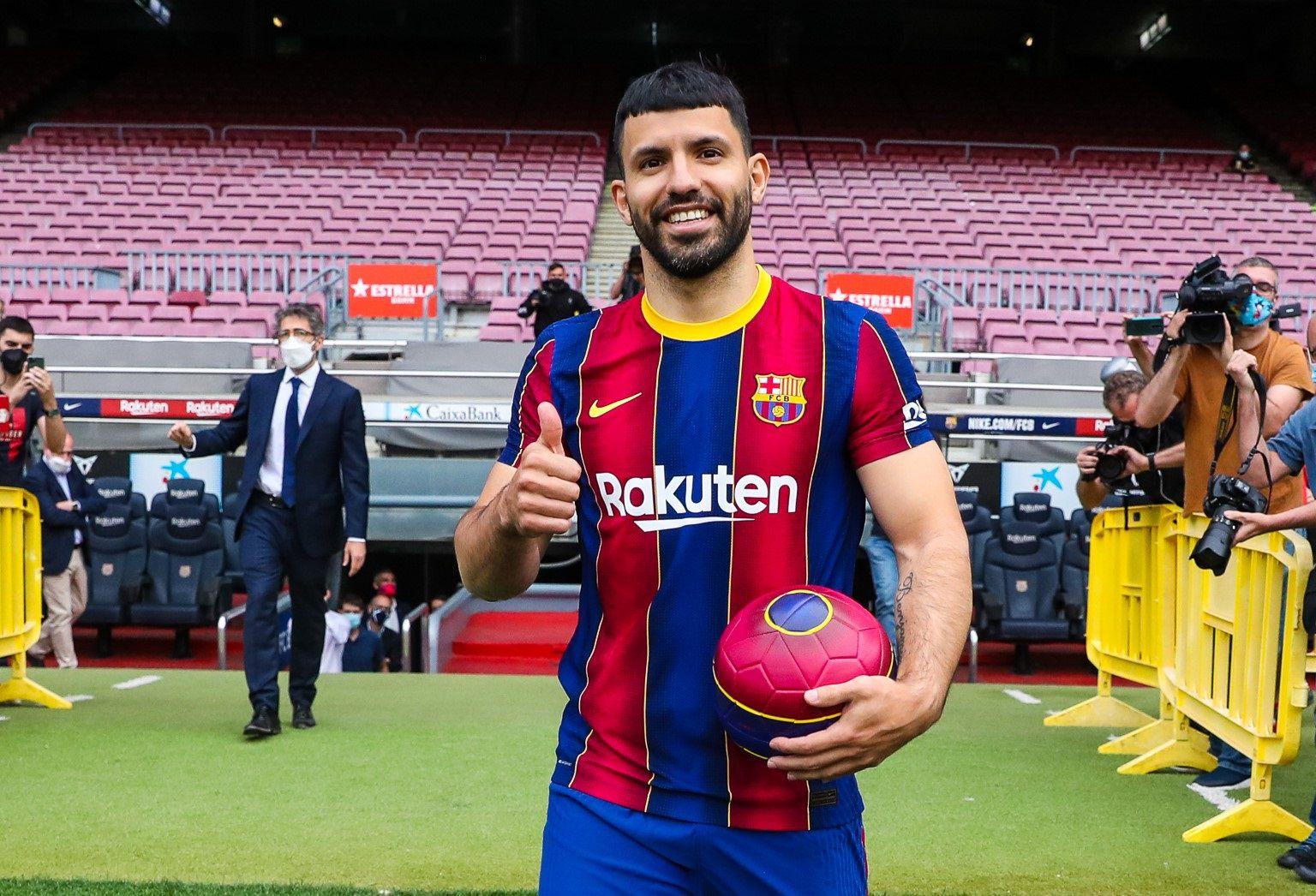 El Kun ya posó con la camiseta de su nuevo club (Foto: FC Barcelona)