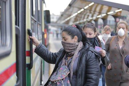 """Aunque no sean trabajadores esenciales, las personas que deban trasladarse por """"fuerza mayor"""" podrán usar el transporte público"""